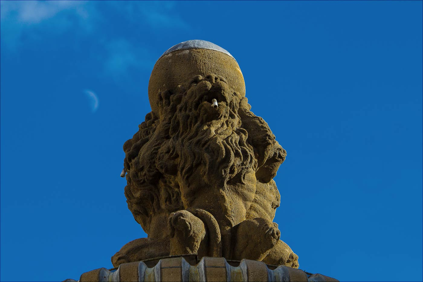 Львы на фонтане у Пражского града