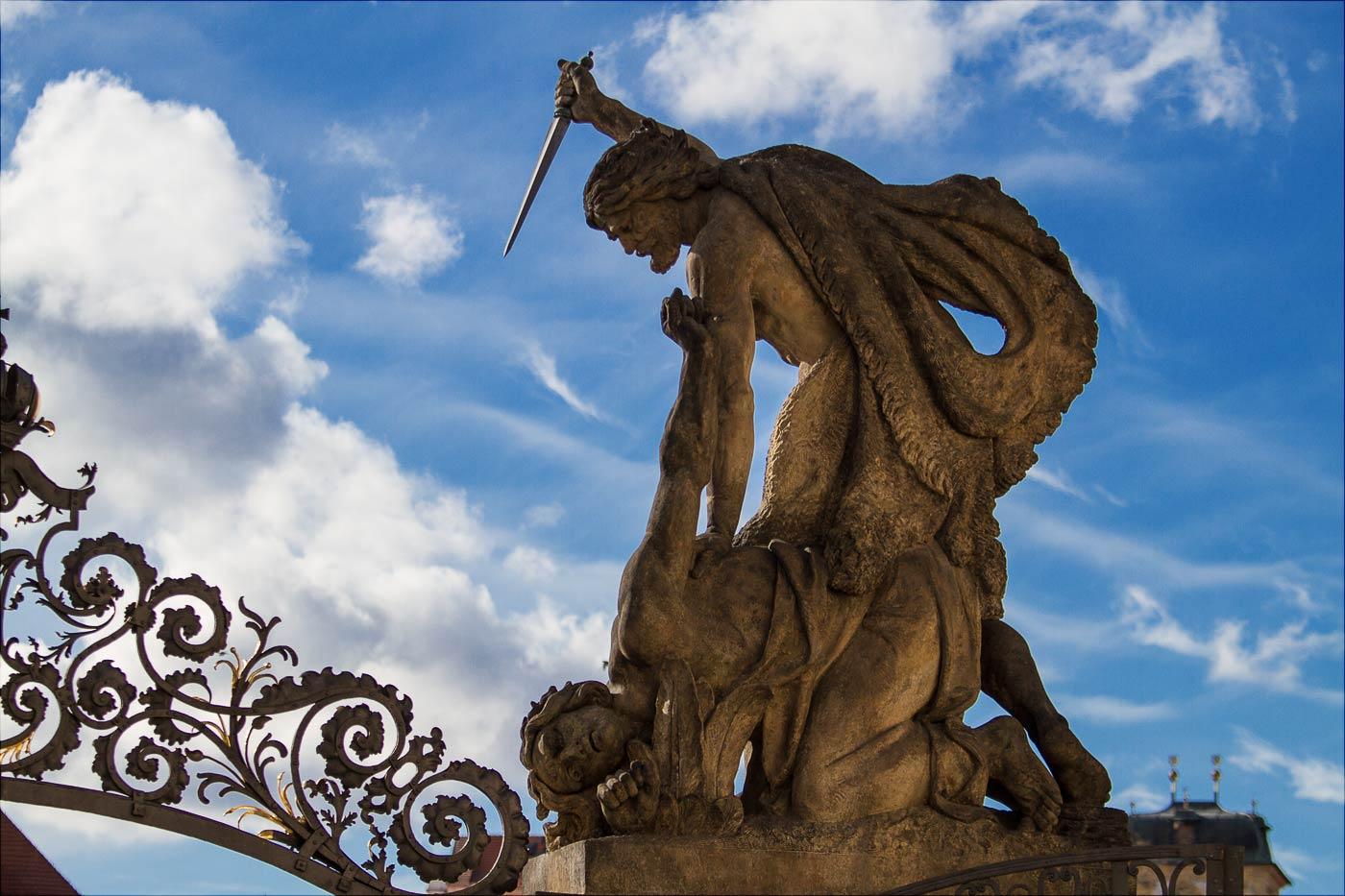 Статуи на входе в Пражский град