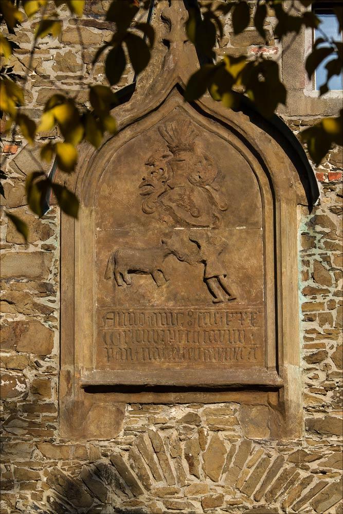 Родовой гербовый знак над воротами замка Гельфштын