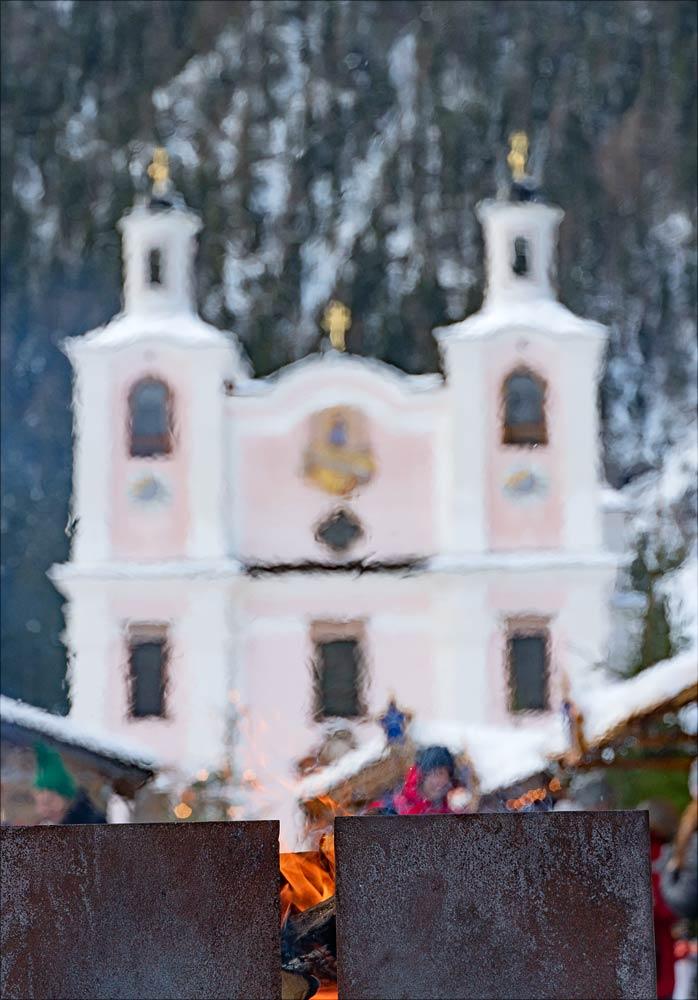 Живой огонь на адвентном рынке у костела Maria Kirchenthal, Австрия