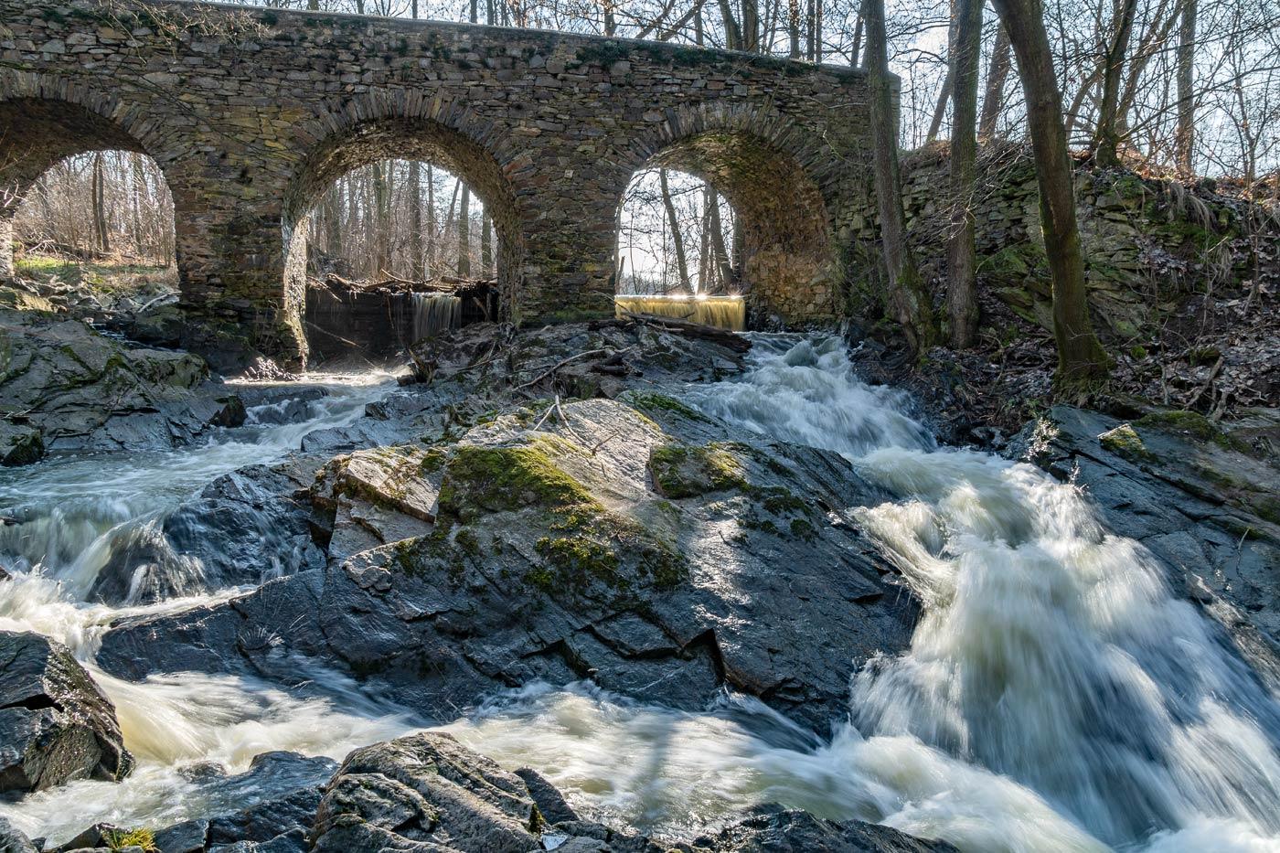 Старый каменный мост, недалеко от Засмук