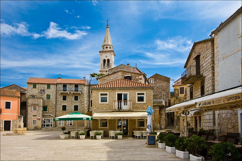 Хорватия, остров Хвар, кафе на набережной городка Елса (Jelsa)