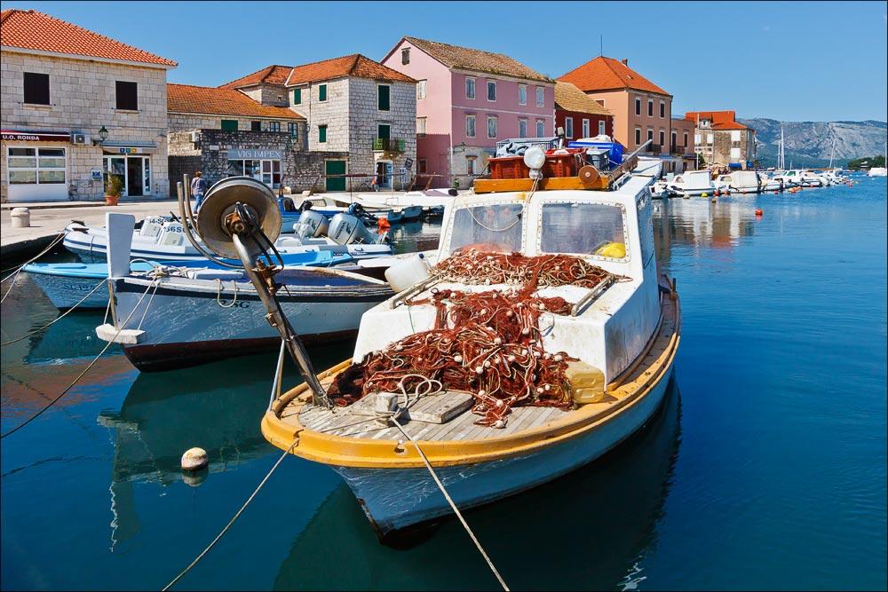 Хорватия, остров Хвар, рыбацкие катера в бухте залива у городка Стари Град (Stari Grad)