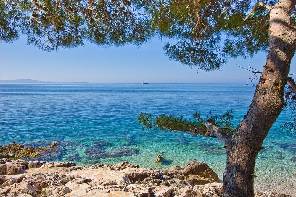 Хорватия, остров Хвар, утро на побережье Адриатического моря у поселка Иван Долач (Ivan Dolac)