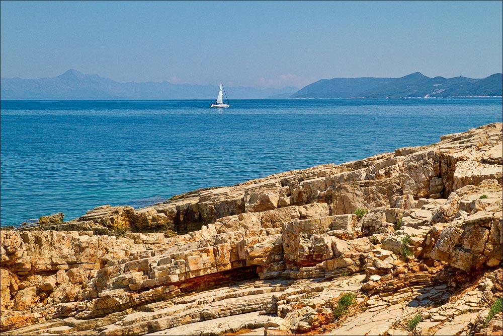 Хорватия, остров Хвар, парусник в Адриатическом море у городка Врбоска (Vrboska)