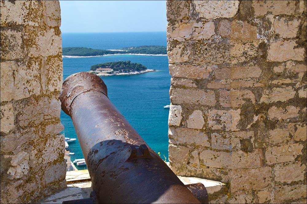 Хорватия, остров Хвар, вид со стен Испанской Крепости на холме в Хваре