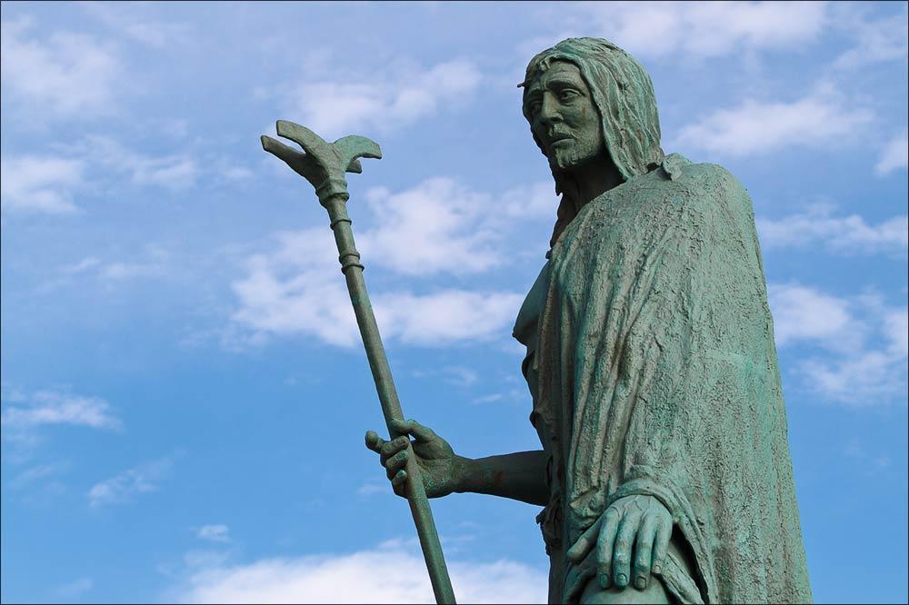 Статуи вождей гуанчей на набережной Ла-Канделария, Тенерифе, Канарские острова