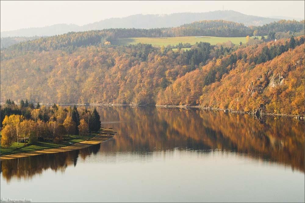 Речное русло Влтавы среди холмов южнее Праги в Чехии