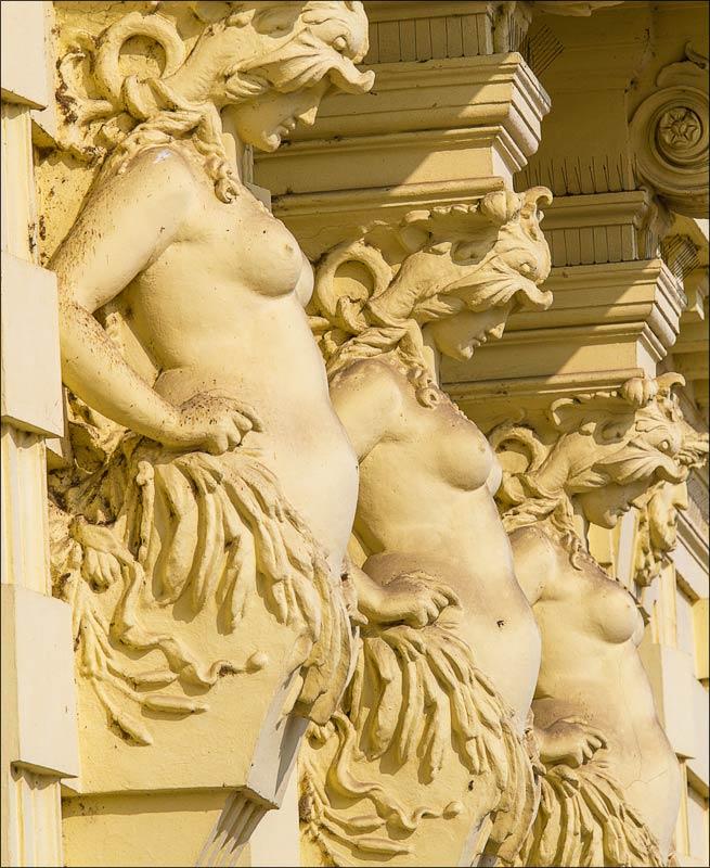 Чехия, Прага, кариатиды на здании набережной Влтавы