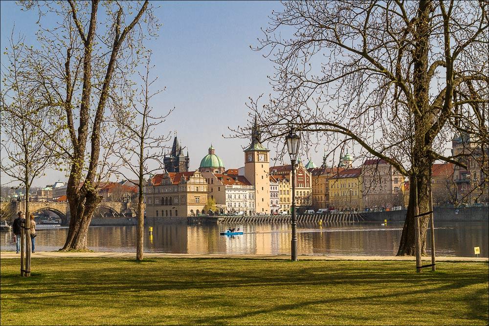 Чехия, Прага, вид на Сметанову набережную Влтавы со Стрелецкого острова