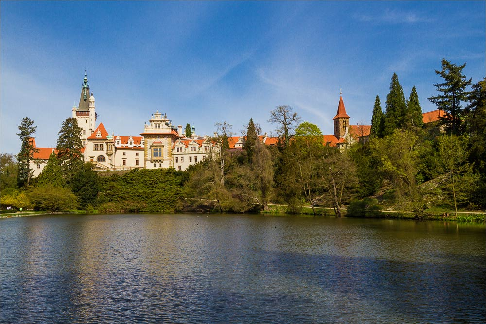 Чехия, вид на замок Пругонице у Праги (Průhonický zamek) со стороны подзамкового рыбника