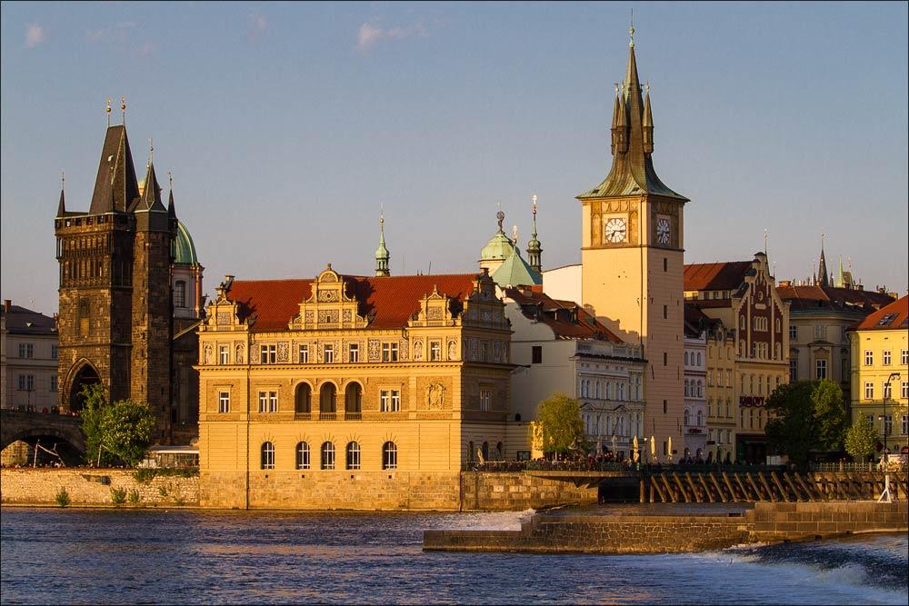 Чехия, Прага, вид через Влтаву на музей Бедржиха Сметаны и набережную у Карлова моста