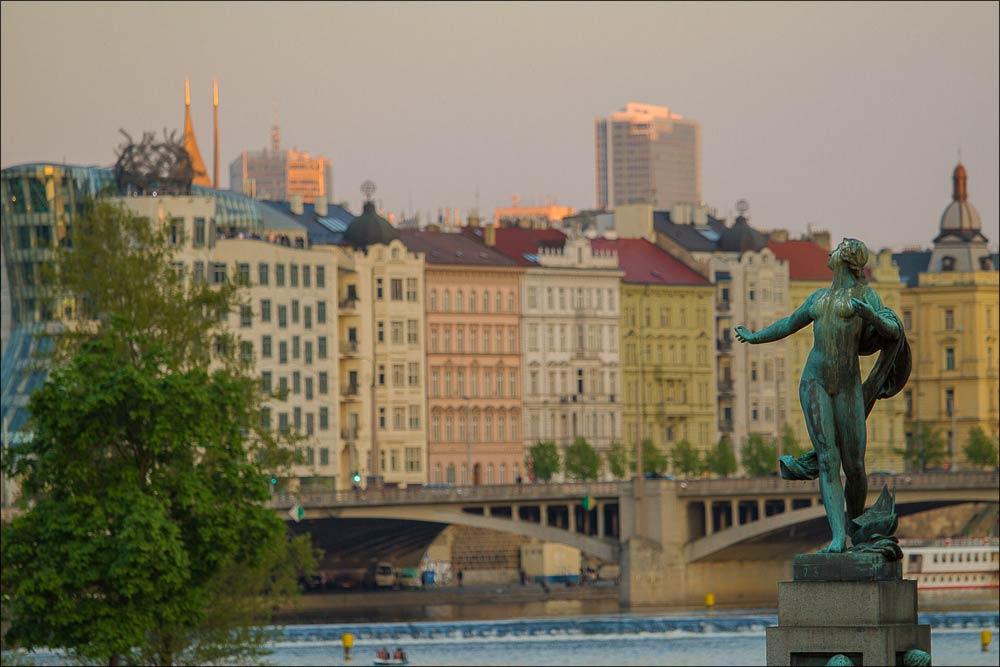 Чехия, Прага, закатный свет на Рашиновой набережной Влтавы