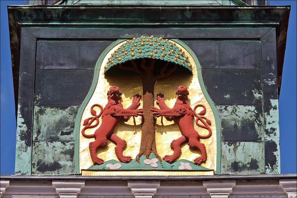 Германия, Саксонская Швейцария. Пирна, герб города на башне городской ратуши