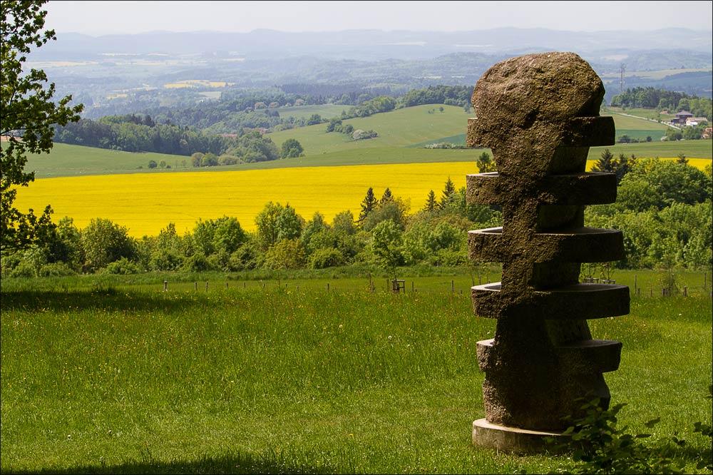 Вид на окрестные холмы с вершины холма Жалов (исторический ареал астрономической обсерватории в Ондржейове), туристическая область Ладув Край, Чехия