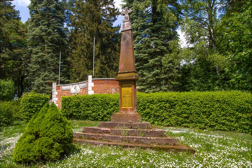 Памятный монумент у парадного входа в исторический ареал, Астрономическая обсерватория в Ондржейове, Чехия, Астрономический институт Академии Наук Чешской Республики