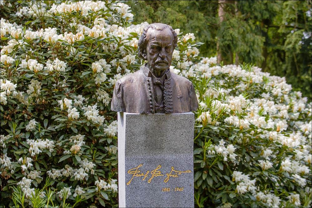 Бюст основателя астрономической обсерватории в Ондржейове Йозефа Яна Фрича, Чехия