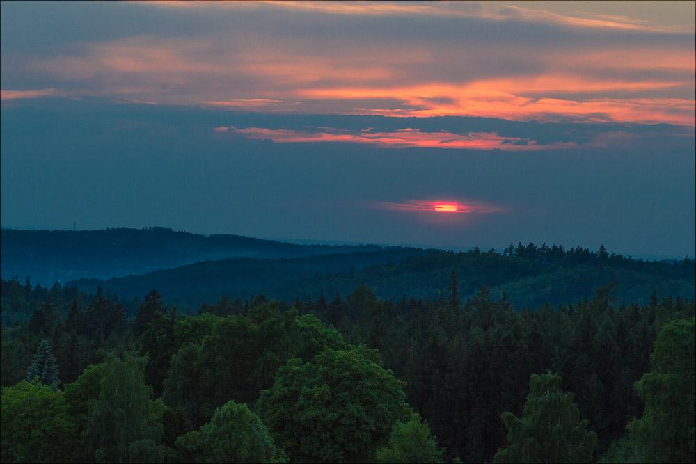 Закатный вид на окрестные холмы с вершины холма Жалов (исторический ареал астрономической обсерватории в Ондржейове), туристическая область Ладув Край, Чехия