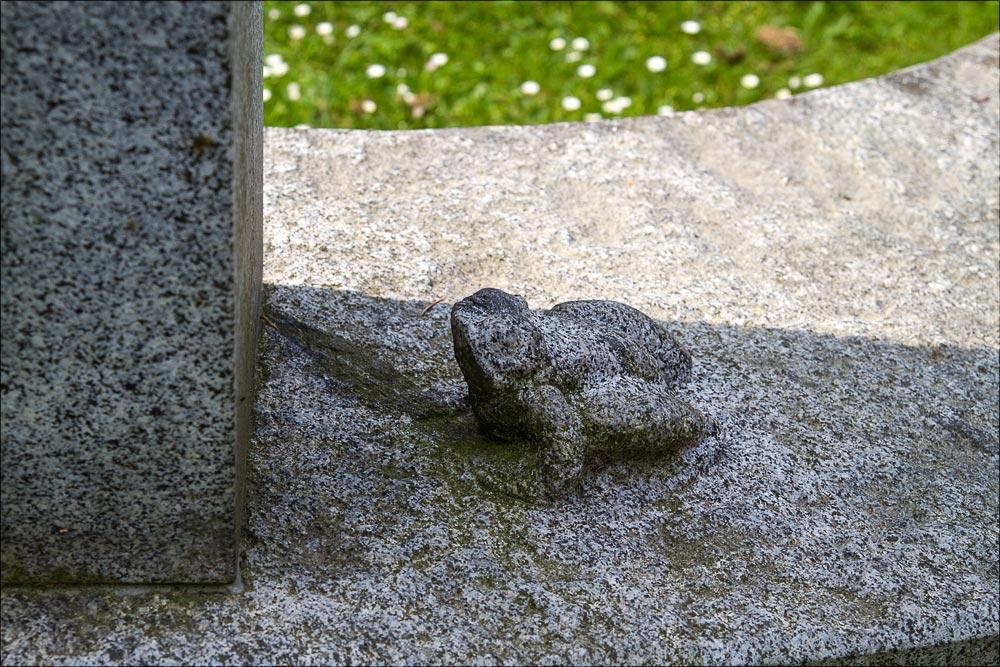 Лягушка - символ астрономической обсерватории в Ондржейове - у подножия бюста основателя Йозефа Яна Фрича, Чехия