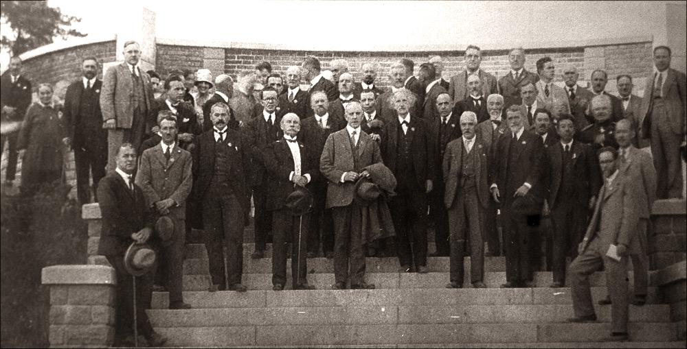 Участники пражского конгресса Международного геодезического и геофизического союза 1927 года в гостях у Йозефа Фрича в астрономической обсерватории в Ондржейове, Чехия