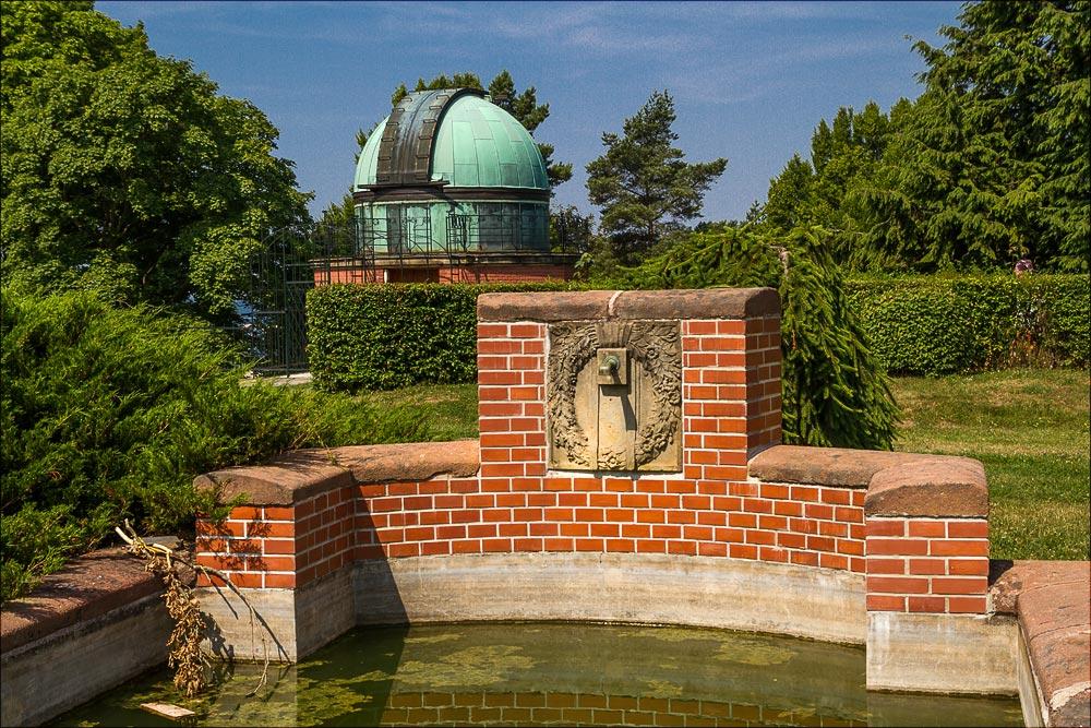 Бассейн у центральной башни исторического ареала Астрономической обсерватории в Ондржейове, Чехия, Астрономический институт Академии Наук Чешской Республики