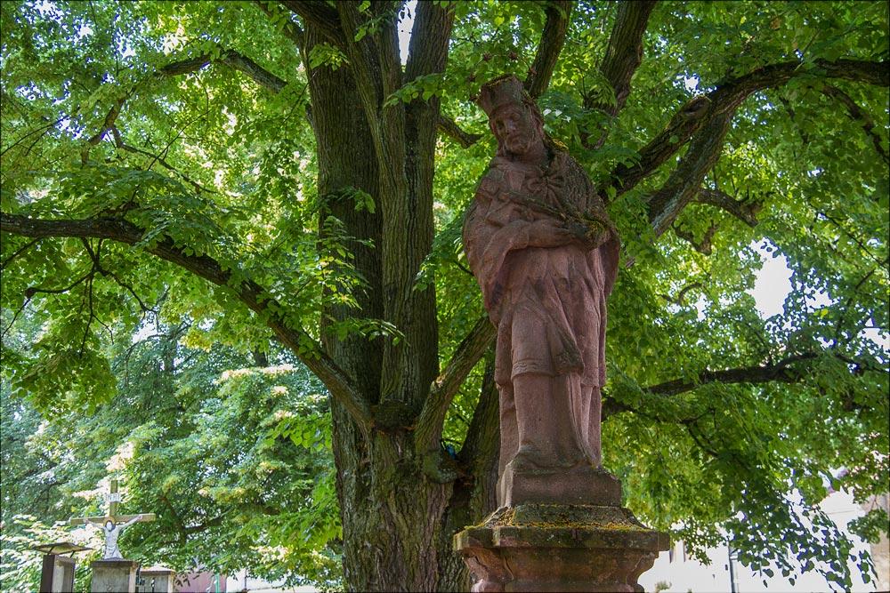 Статуя св. Яна Непомуцкого у костела св. Симеона и Иуды в Ондржейове, туристическая область Ладув край, Чехия