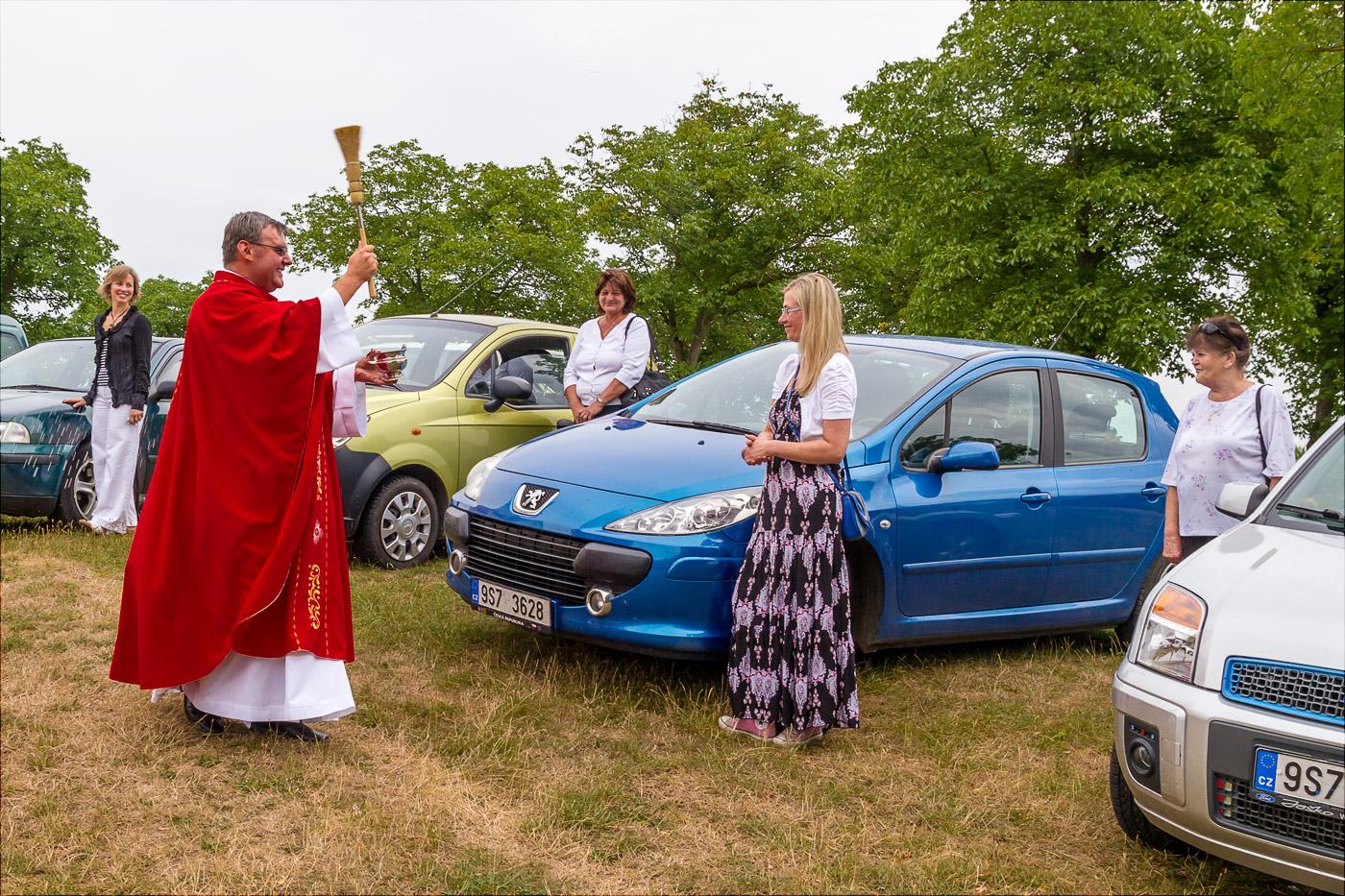 Освящение автомобилей у костела на Хвойне возле Конопиште, Чехия