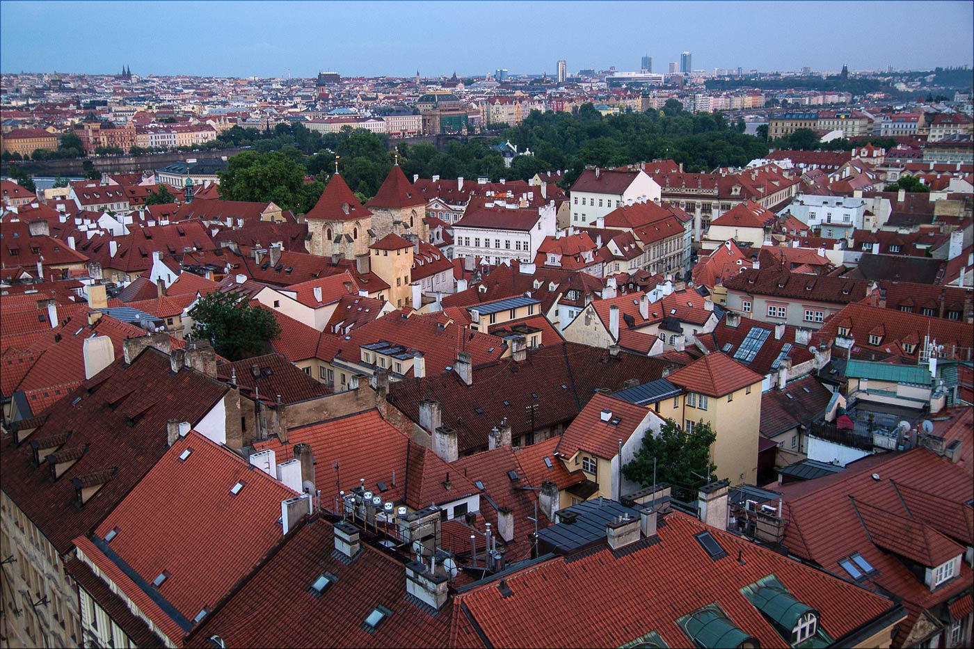 Вид на вечернюю Прагу с колокольни собора Св.Николая на Малостранской площади