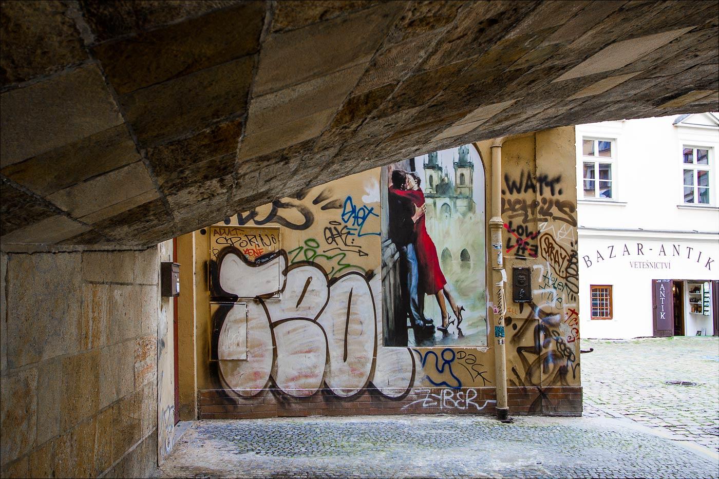 Граффити у Карлова моста в Праге