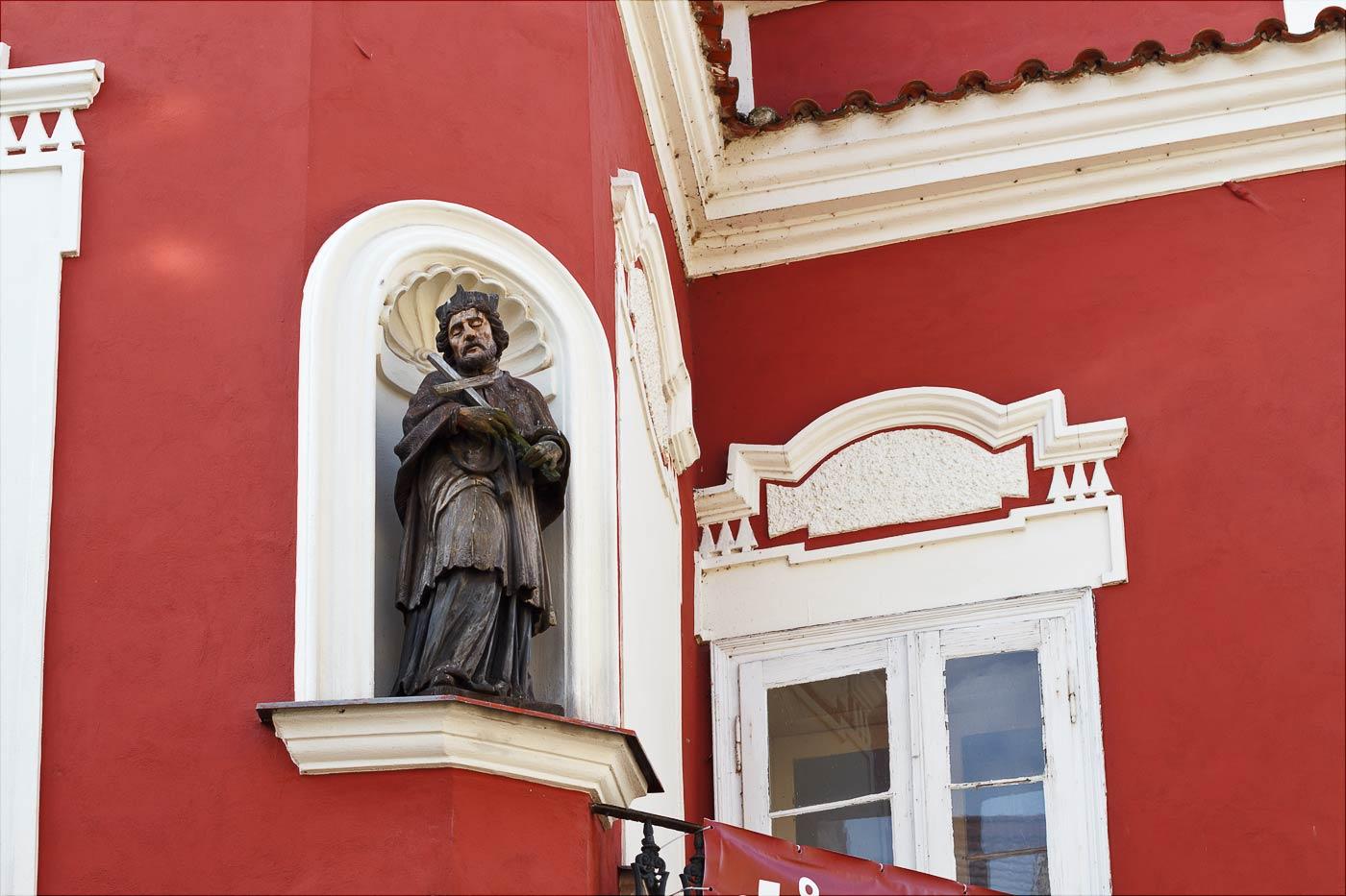 Фигура святого на фасаде дома в Таборе