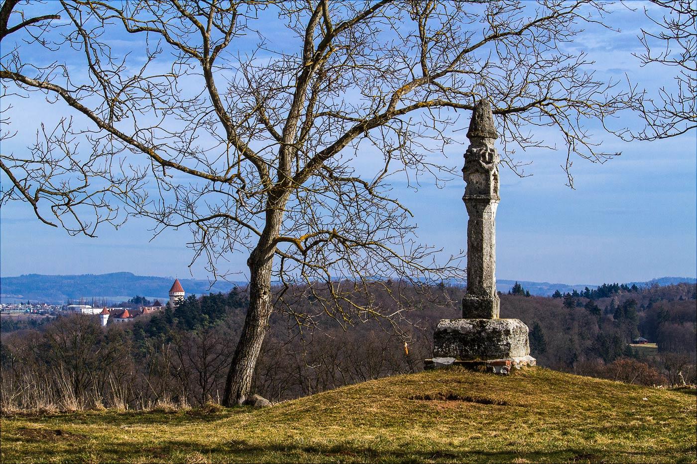 Кельтский столб на холме Хвойен у замка Конопиште