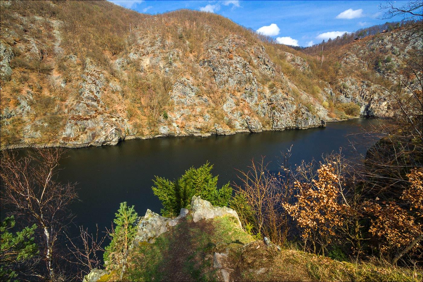 Ранняя весна на Влтаве, туристская тропа к Святоянским стремнинам