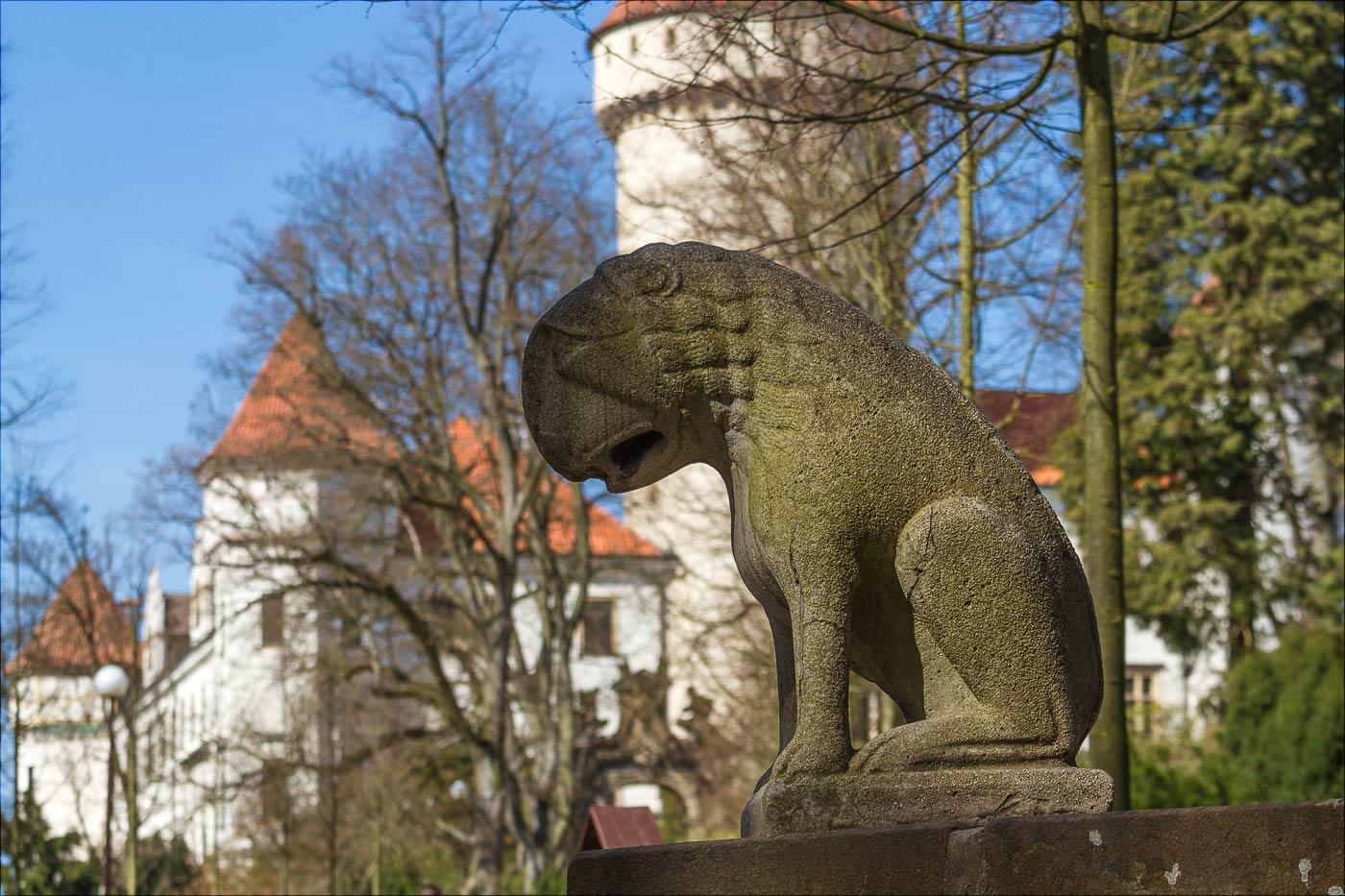 Каменный львенок в Конопиштском парке