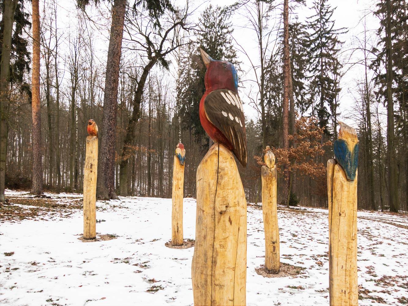 Фигуры птиц в дворцовом парке у Влашима
