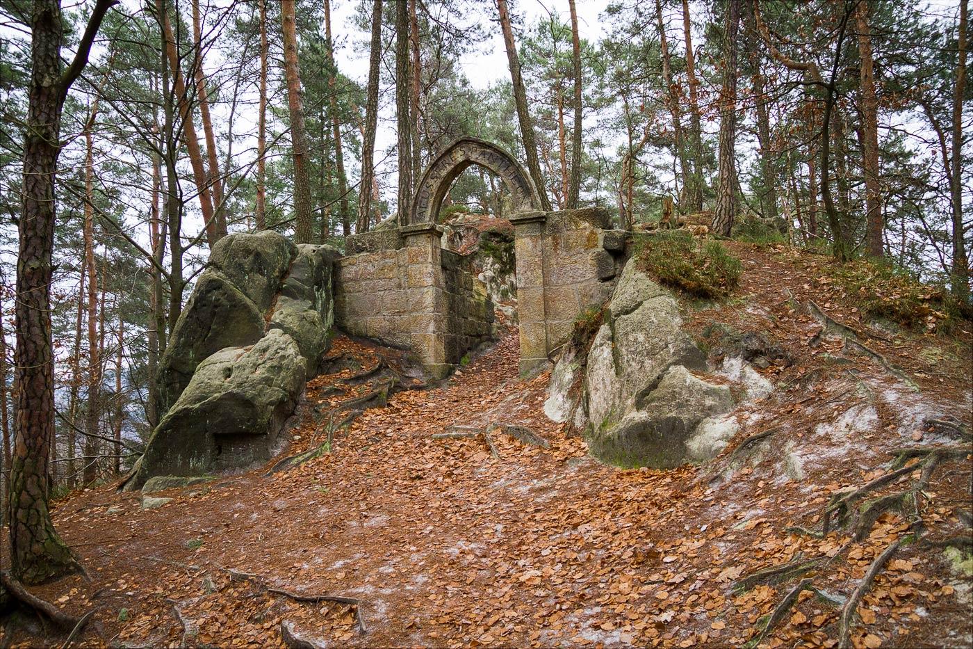 Врата Пантеона в скальном массиве Вранов