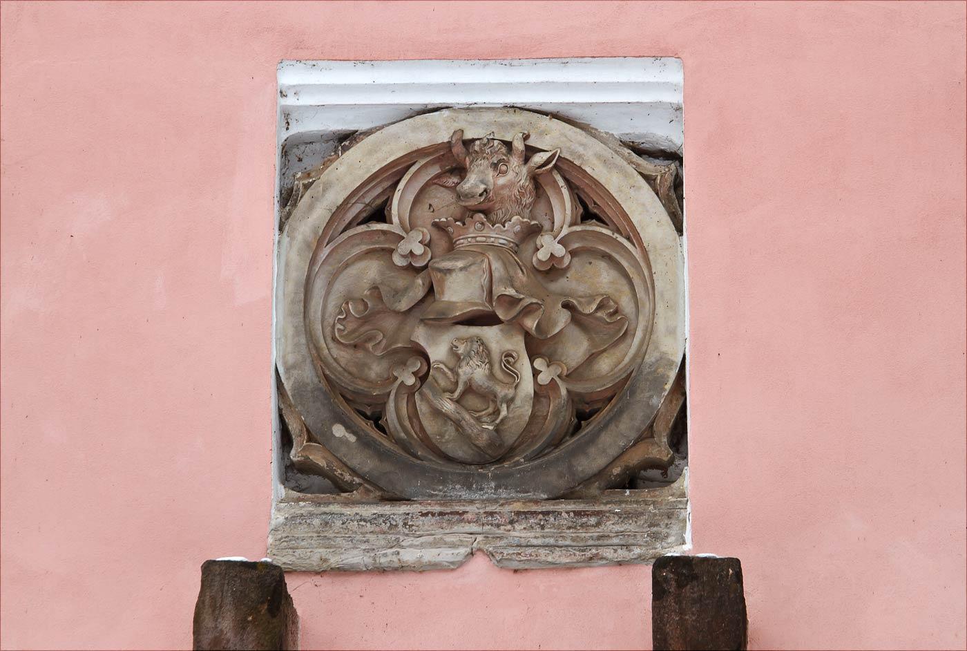 Герб на фасаде Домашинской браны у Влашимкого парка