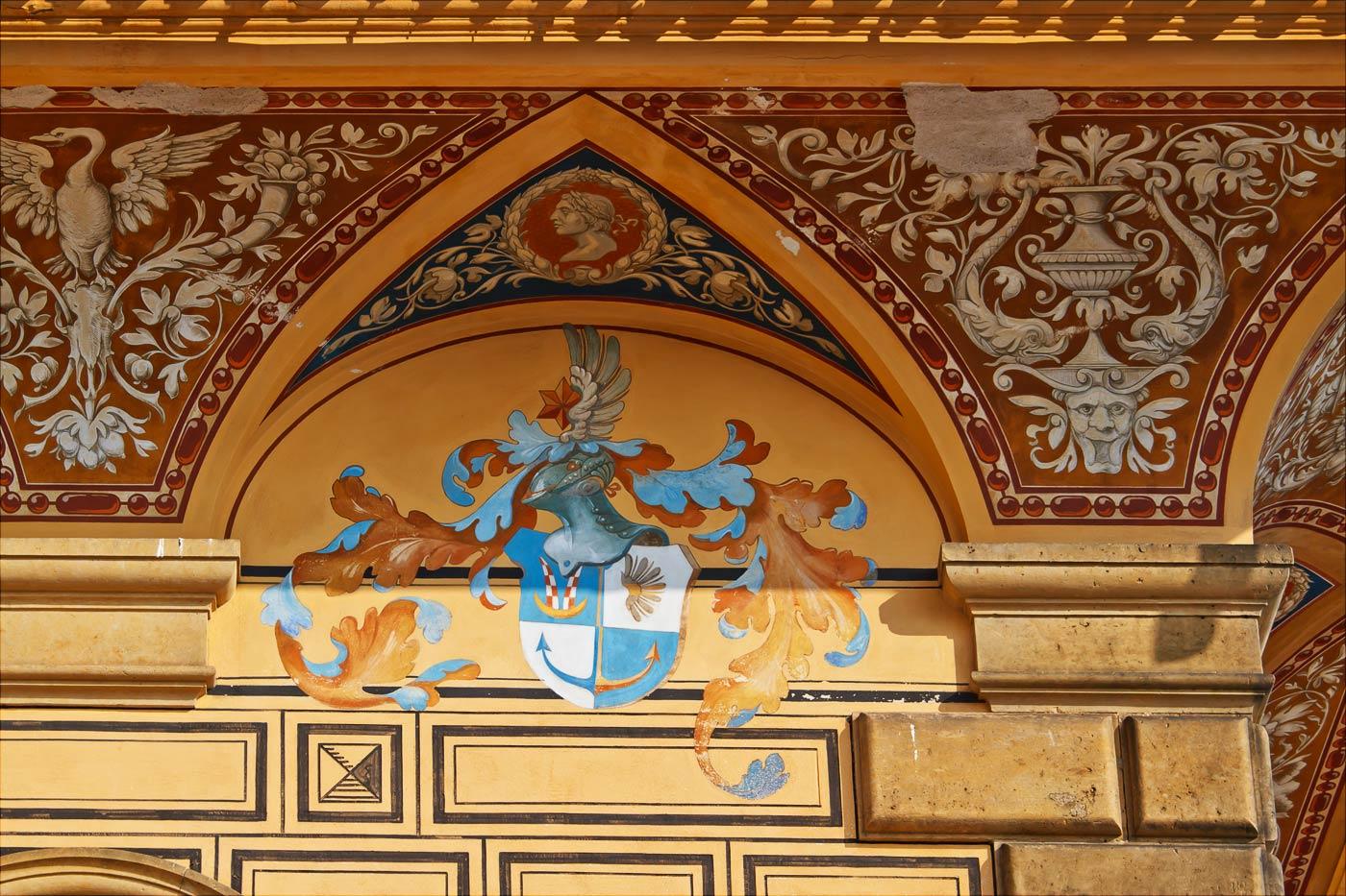 Дворец Пругонице, роспись на стенах внутреннего дворика