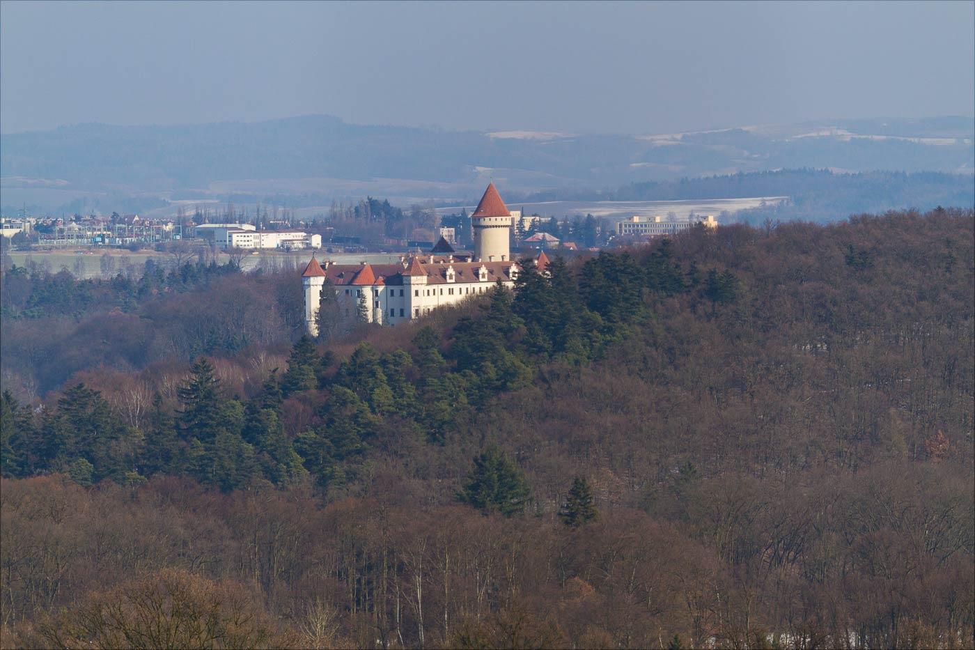 Вид на замок Конопиште с холма Хвойен