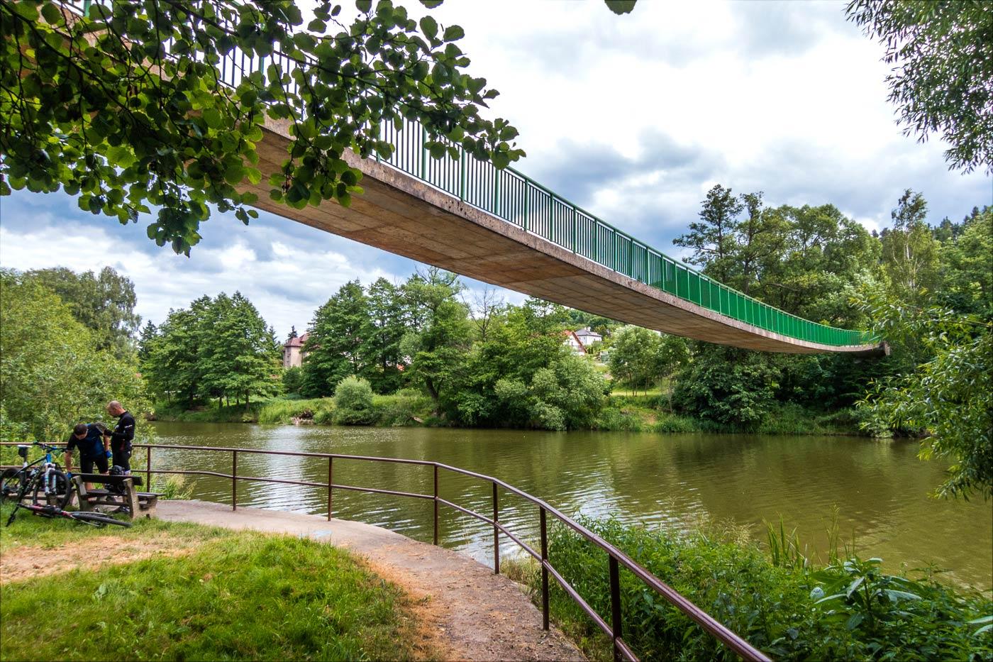 Пешеходный мост через реку Сазаву