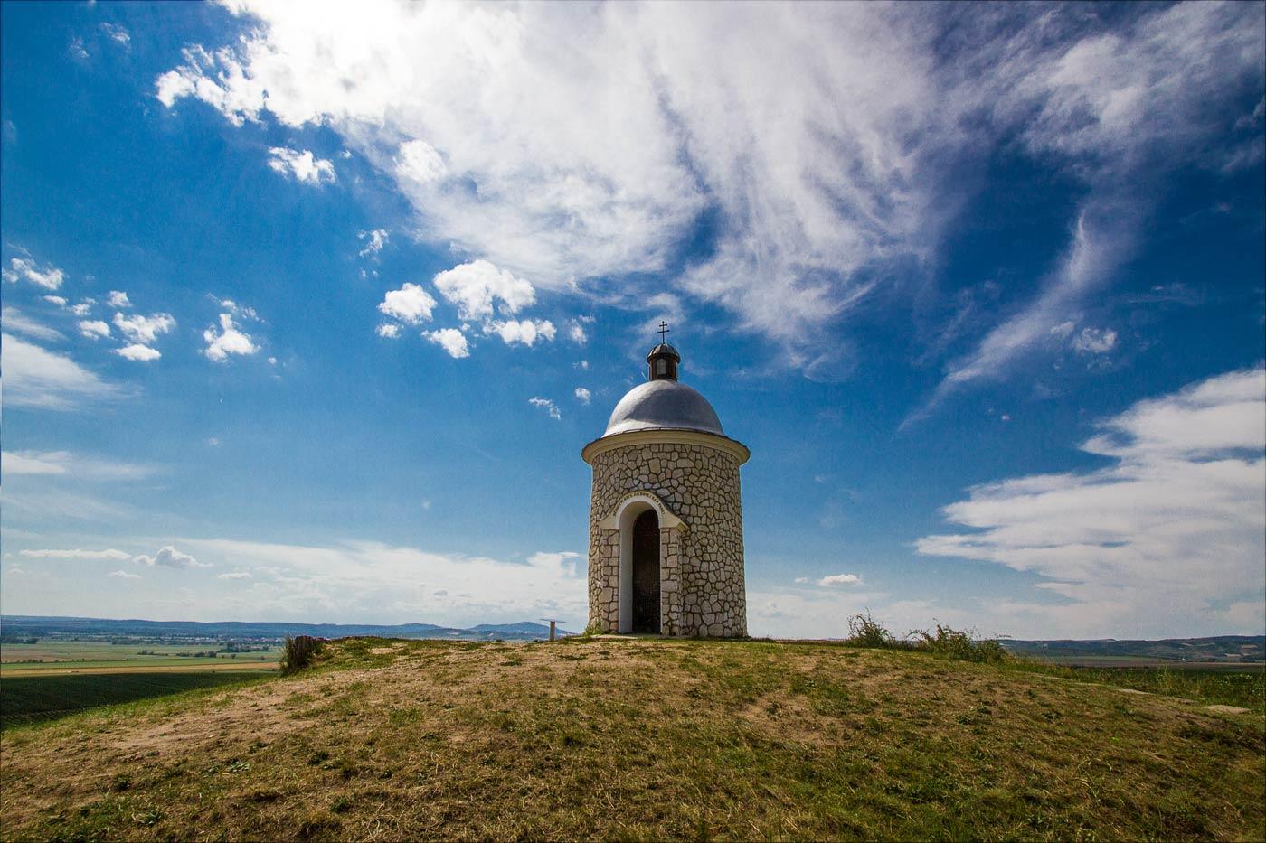 Часовенка на холме посреди виноградников у Велке Биловице, Южная Моравия