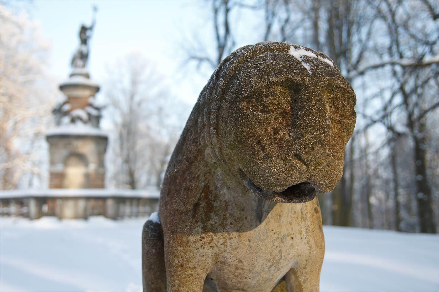 Скульптура львенка в парке Конопиште