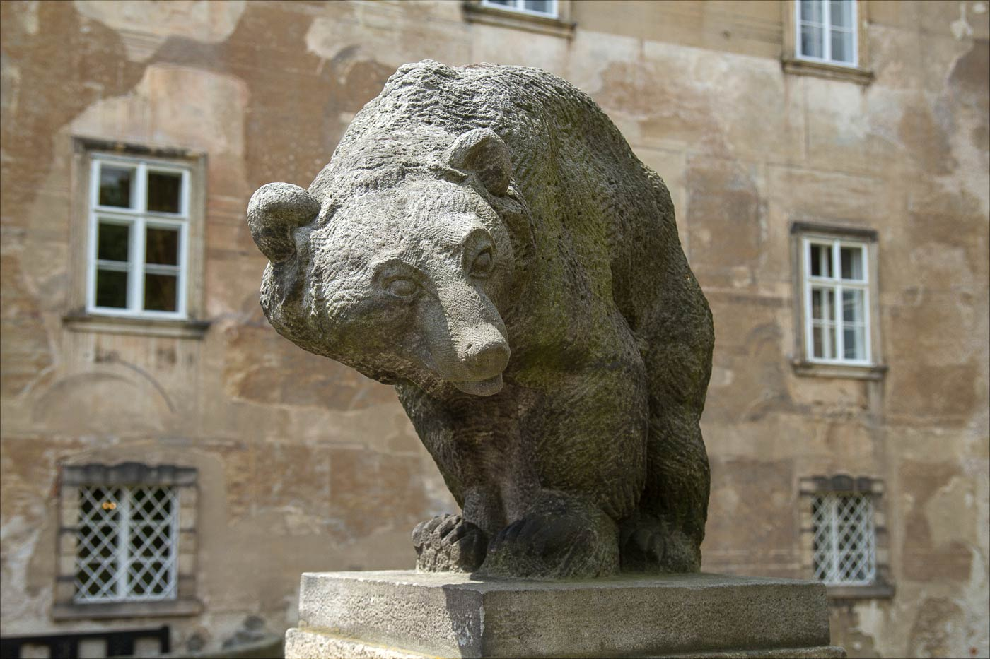Статуя медведя у замка Нове Место над Метуйи