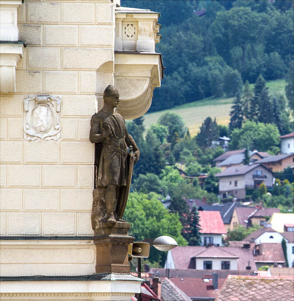 Наход, статуя на фасаде городской ратуши