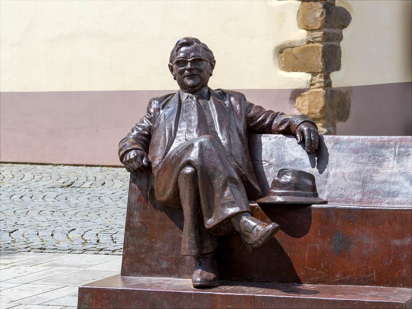 Памятник писателю Йозефу Шкворецкому в Находе