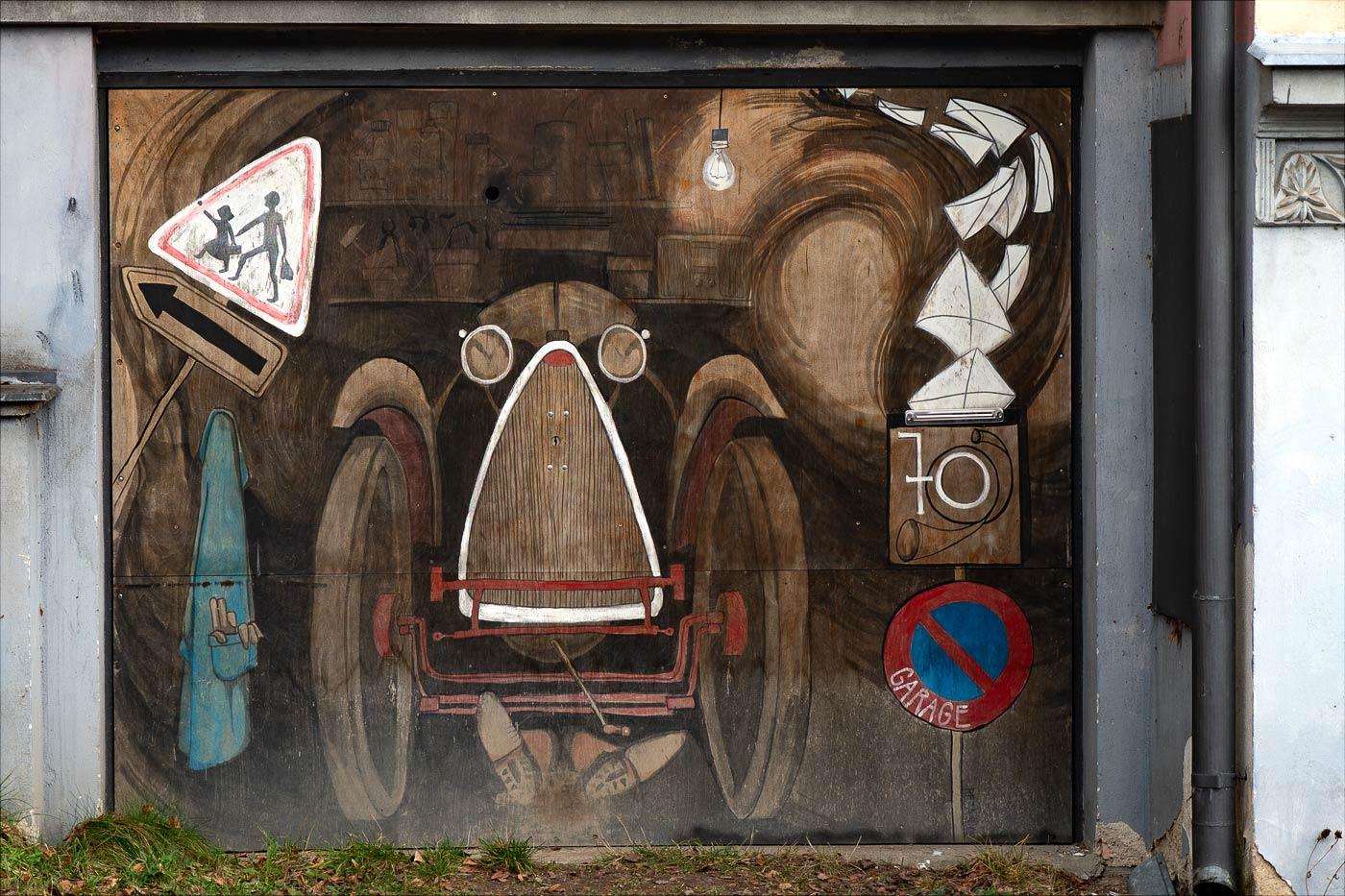Двери гаража в жилом районе