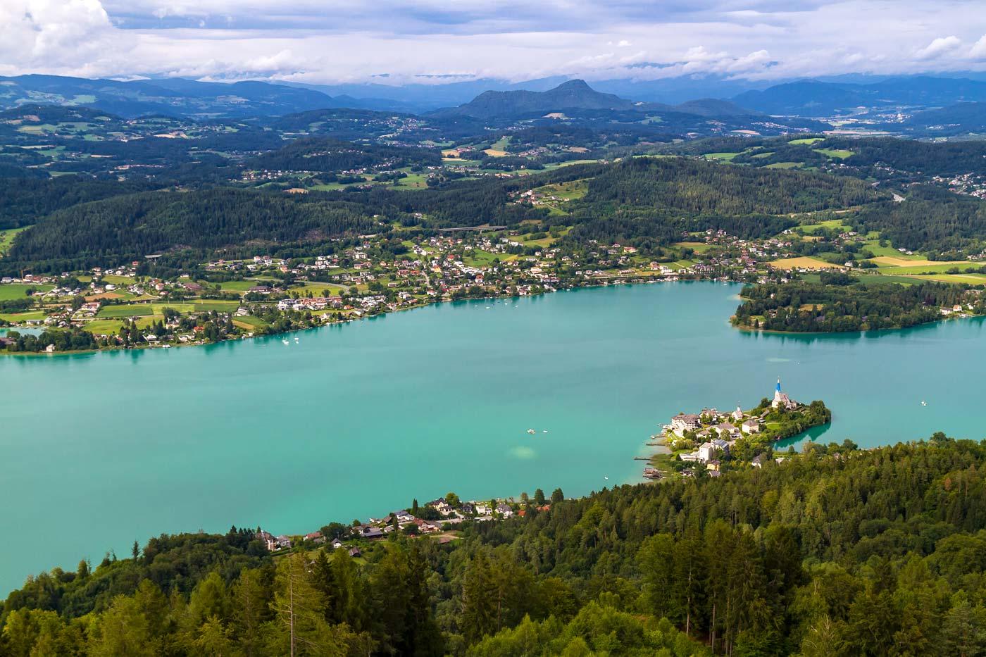 Вид на озеро Вёртерзее с башни Пирамиденкогель, Австрия, Каринтия