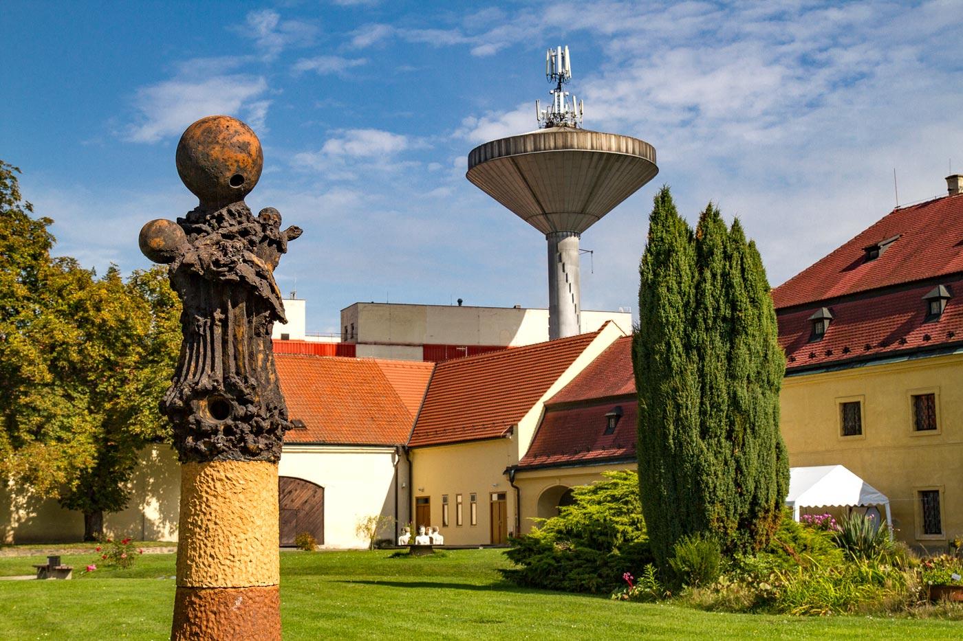 Выставка авангардных скульптур в замке Розтоки у Праги