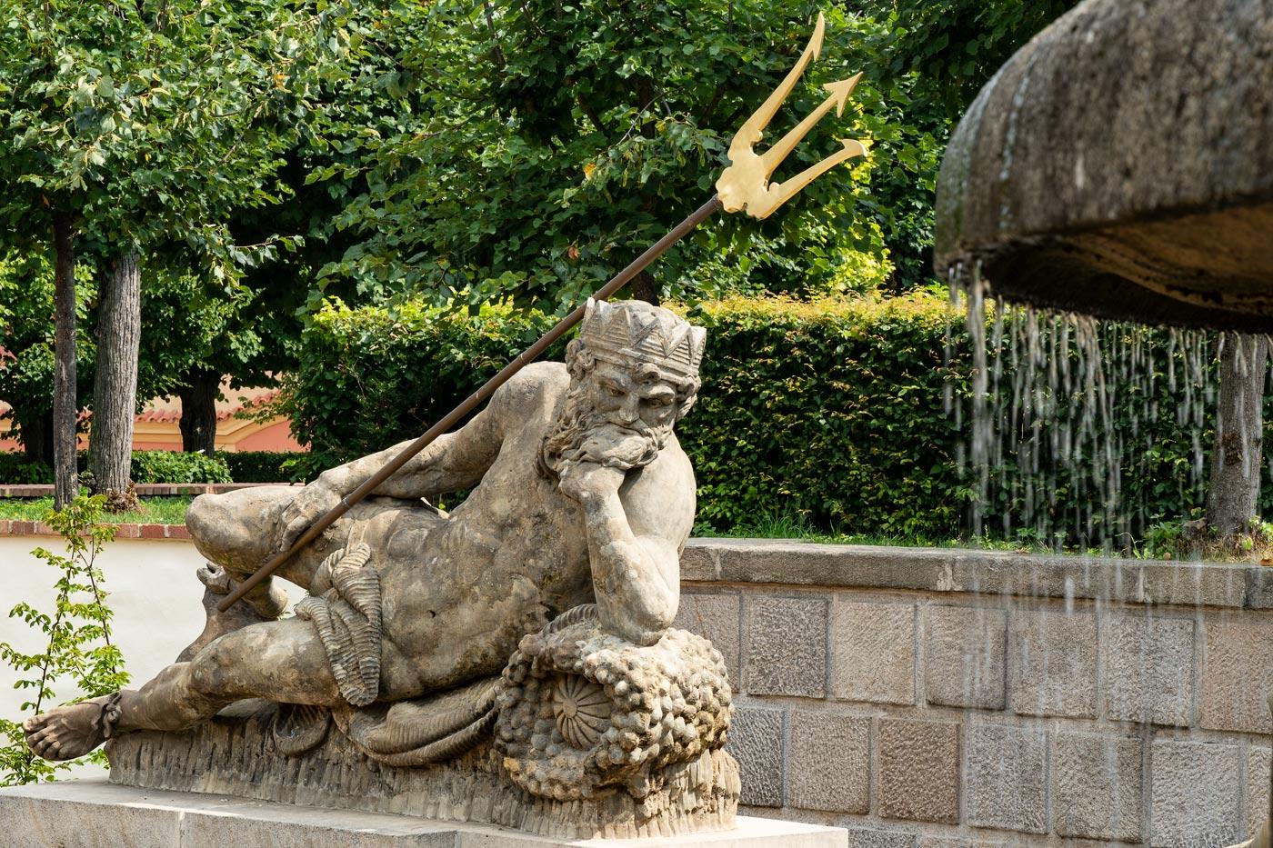 Нептун на фонтане в парке дворца Добржиш