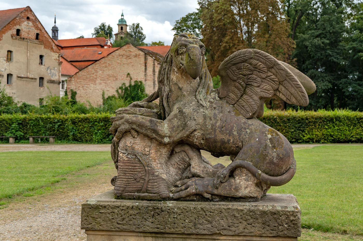 Скульппуры в саду дворца Либехов