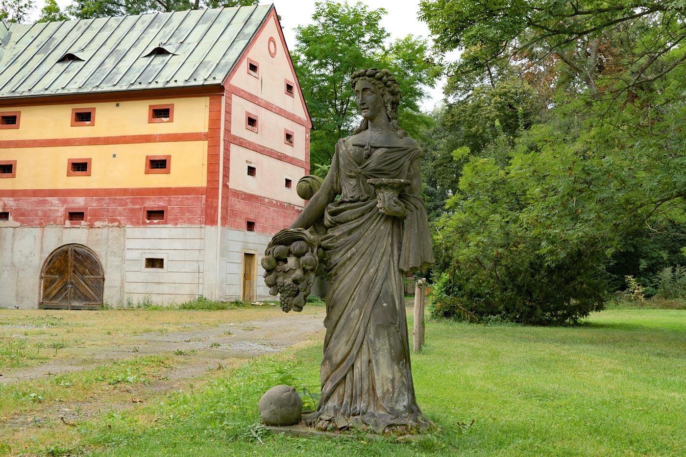 Скульптуры в саду дворца Либехов